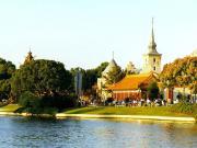 Epcot Center : les pavillons norvégien et chinois vus du lac